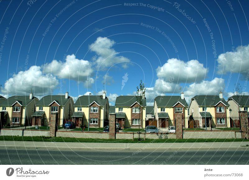 sogar die Wolken scheinen sich zu wiederholen... Wolken Haus Straße Gebäude modern neu trist Industrie Kultur Verkehrswege Gesellschaft (Soziologie) Wiederholung Straßenbelag Langeweile Stadtteil bauen