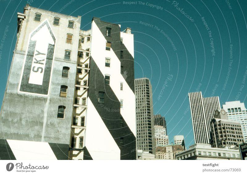 ^ alt Himmel grün blau Stadt Sommer grau Hochhaus hoch Fassade modern USA Pfeil Amerika Skyline