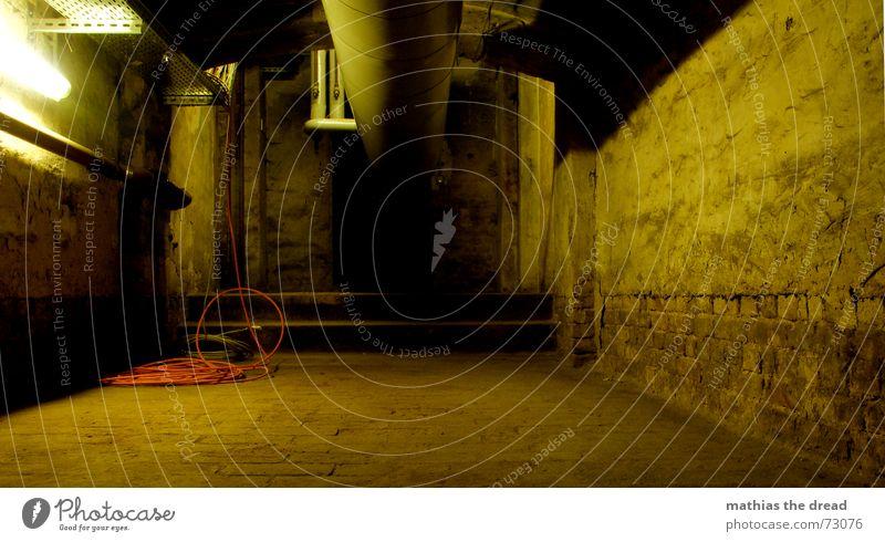 folge dem rohr Einsamkeit Lampe dunkel Wand leer Treppe Kabel Bodenbelag Röhren eng Putz Keller
