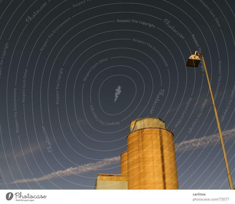 laterne und silo - das grenzt doch schon an visuelle völlerei blau Laterne Silo Aufschwung Kondensstreifen Stellenabbau