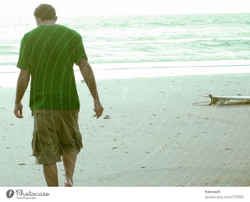 Surfpause Mann Meer Strand ruhig Ferne frei Pause Frankreich Typ blenden Surfbrett