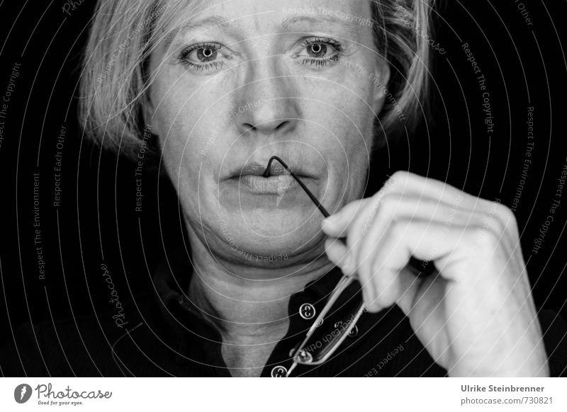 Nachdenken Mensch feminin Frau Erwachsene Weiblicher Senior Leben Kopf Hand 1 45-60 Jahre Brille blond beobachten Denken Blick träumen einzigartig natürlich