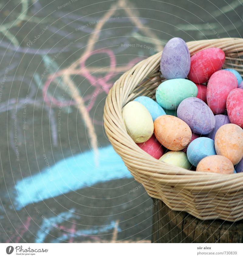 Kreide-Zeit Kindererziehung Kindergarten Kindheit Straße Parkplatz Schulhof Asphalt Korb Spielen frech mehrfarbig Fröhlichkeit Kreativität zeichnen Oval