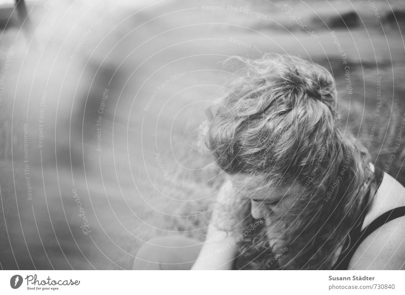 . feminin Körper Kopf 1 Mensch 18-30 Jahre Jugendliche Erwachsene genießen Traurigkeit Gedanke gedankenkarussel blond Frau Locken langhaarig Schwarzweißfoto