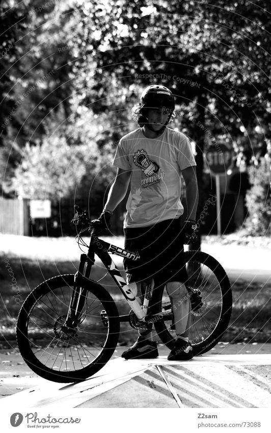 stop biking stehen Stil stoppen Park Helm lässig Fahrrad warten lachen Schilder & Markierungen Sonne Schwarzweißfoto scharz/weiss Funsport Coolness