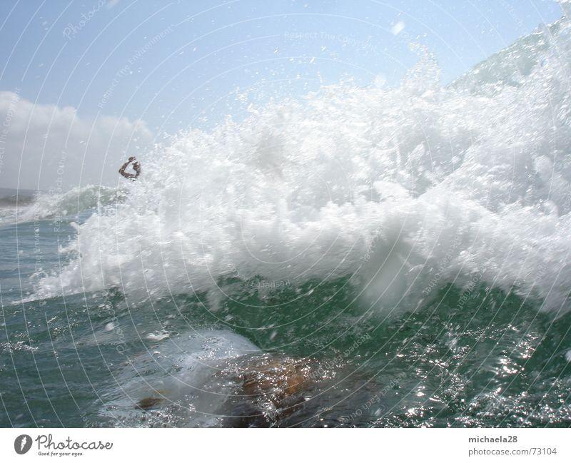Wellenbrecher Brandung Schaum Gischt Monsterwelle Tsunami Meer Meerwasser Strand Ferien & Urlaub & Reisen Wolken tauchen ertrinken Überleben enthemmt