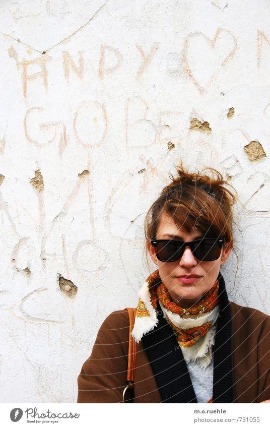 already written on the wall Mensch Jugendliche Junge Frau 18-30 Jahre Erwachsene Gesicht Wand Leben feminin Mauer Haare & Frisuren Kopf Mode Lifestyle Körper