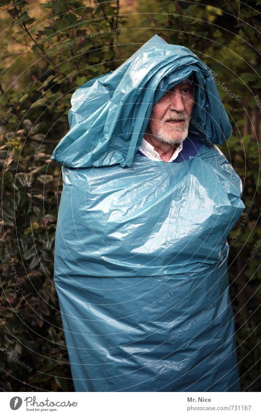 alter sack Lifestyle maskulin Gesicht Umwelt Baum Sträucher Garten Park Bart trashig verrückt blau Müllsack Kapuze verkleidet Skulptur Kunststoffverpackung
