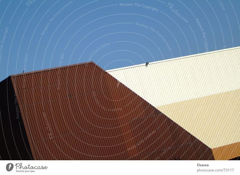 Kraftwerk 5 Wellblech Trapezblech braun beige Ocker himmelblau unbearbeitet Lagerhalle Industriefotografie wurstfarben wüstenfarben Himmel verrückt kam so aus