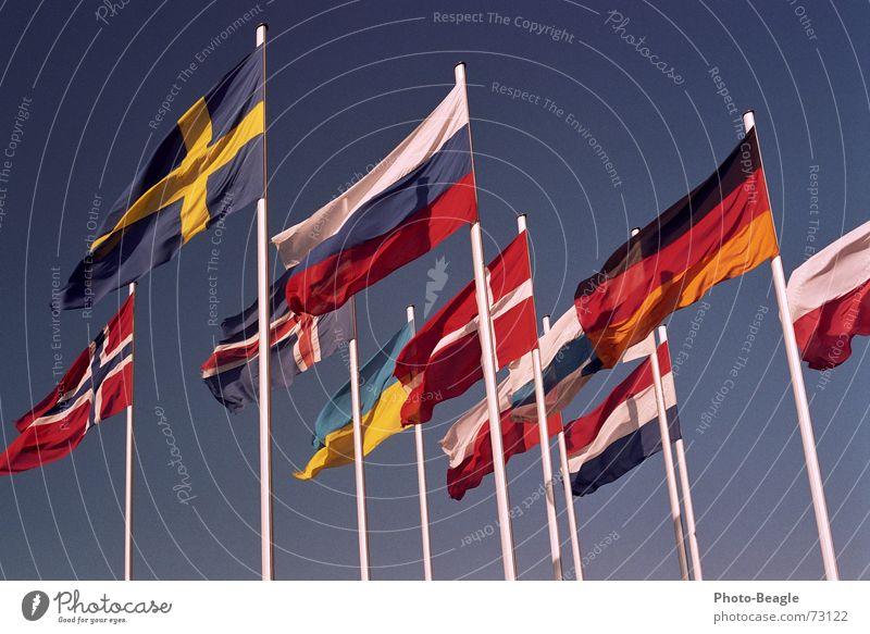 Fähnchen im Wind III Fahne Fahnenmast Skandinavien Nordeuropa Osteuropa Norwegen Finnland Ukraine Schönes Wetter Dänemark Himmel Kongresszentrum Verwaltung