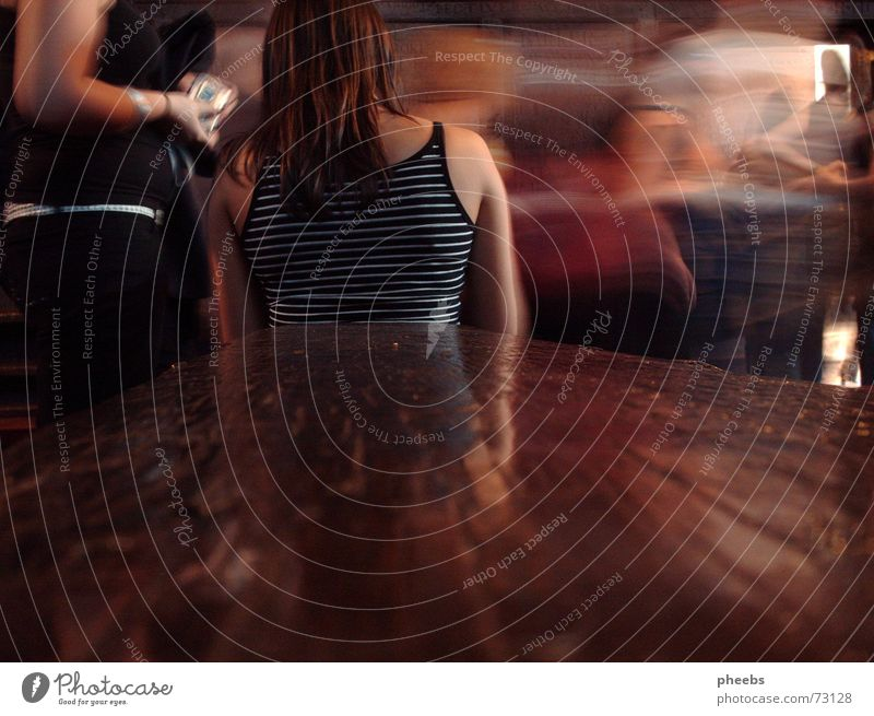 und die welt steht still... Frau Streifen Holz Schulbank altmodisch Langzeitbelichtung Bewegungsunschärfe Rücken Haare & Frisuren lonodon harrow public school