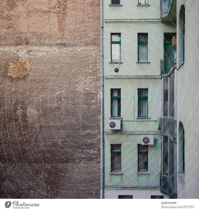 gefühlter Brandabschnitt Stadt grün Fenster Fassade dreckig Häusliches Leben trist authentisch Vergänglichkeit retro Stadtzentrum exotisch Etage Tradition
