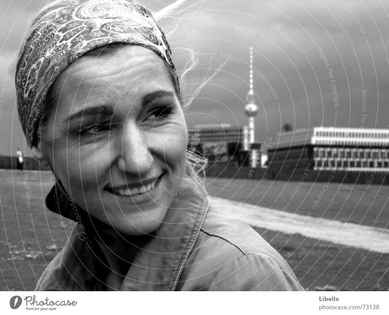 Queen of Berlin Stadt Trauer Abschied Sehnsucht lachen Berliner Fernsehturm Ferne zeitsprung