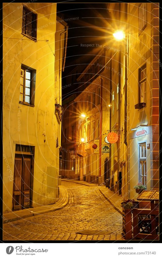 Riga Cobbled Streets I Gasse eng Haus dunkel schmal Kopfsteinpflaster Bar Lettland Osteuropa Altstadt Mittelalter Blick