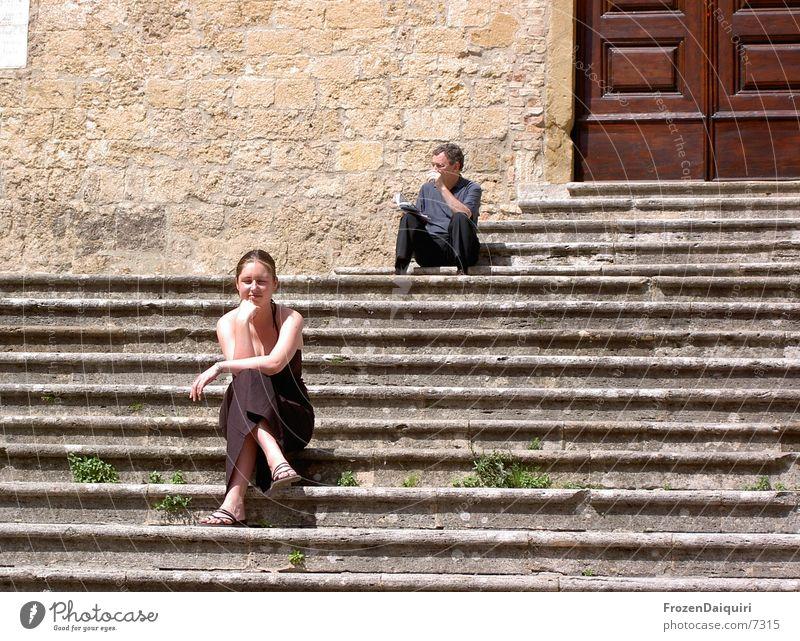 Sonnen-Genuß-Sitzen Frau Ferien & Urlaub & Reisen Freiheit Zufriedenheit warten sitzen Europa Treppe Freizeit & Hobby Italien genießen Sonnenbad Toskana