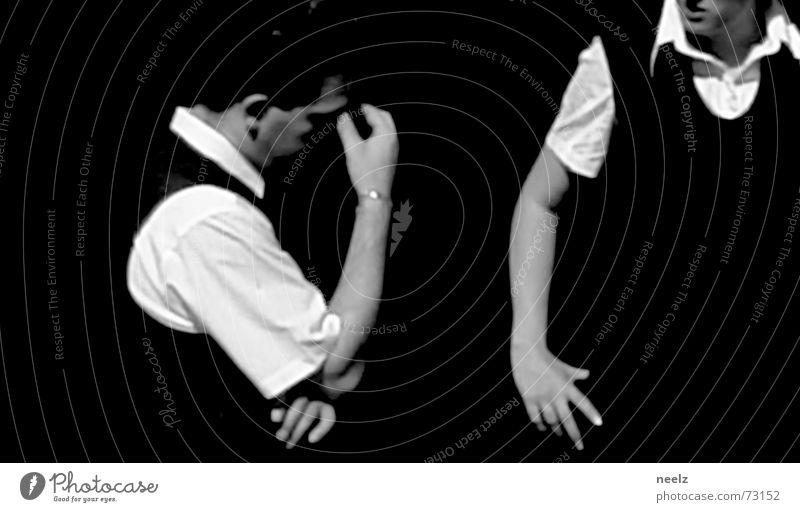Server_06 Kellner Restaurant Aktion Dienstleistungsgewerbe Hand Hemd weiß Mann sprechen gestikulieren 2 Schwarzweißfoto Kontrast Blick kredenzen Glas Arme