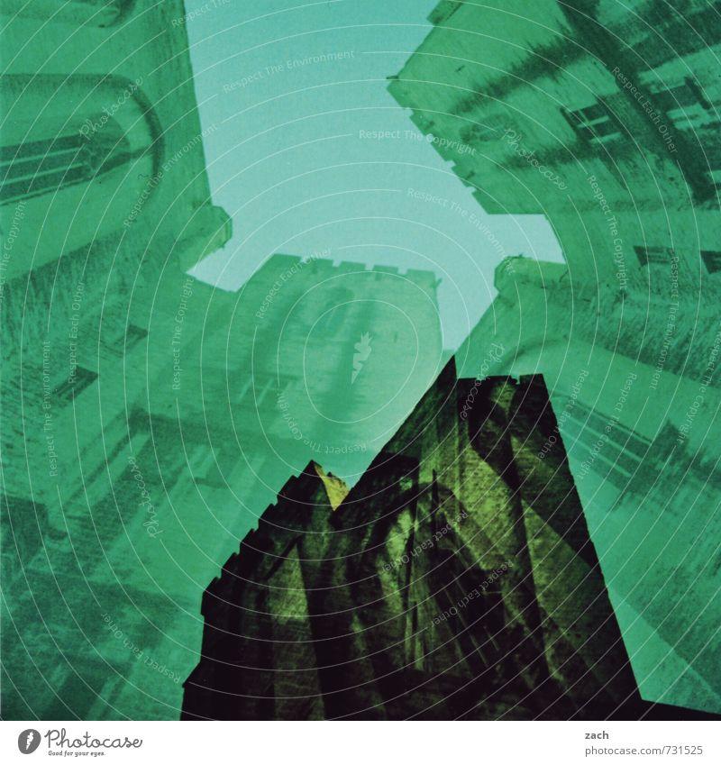 geheimnisvoll | Traumbilder alt Stadt grün Haus dunkel Fenster Wand Gebäude Mauer Stein träumen Fassade Häusliches Leben Kirche Vergänglichkeit