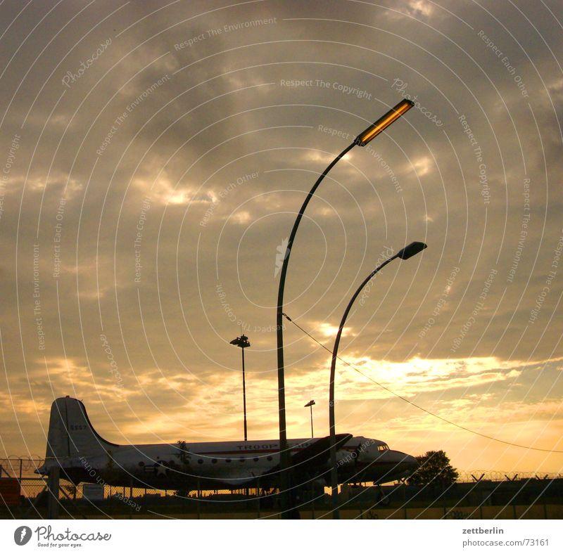 Rosine Kaugummi Zigarettenmarke Flugzeug Gegenlicht Wolken Sonnenuntergang Laterne rosinenbomber luftbrücke luftbrückendenkmal Himmel Flughafen