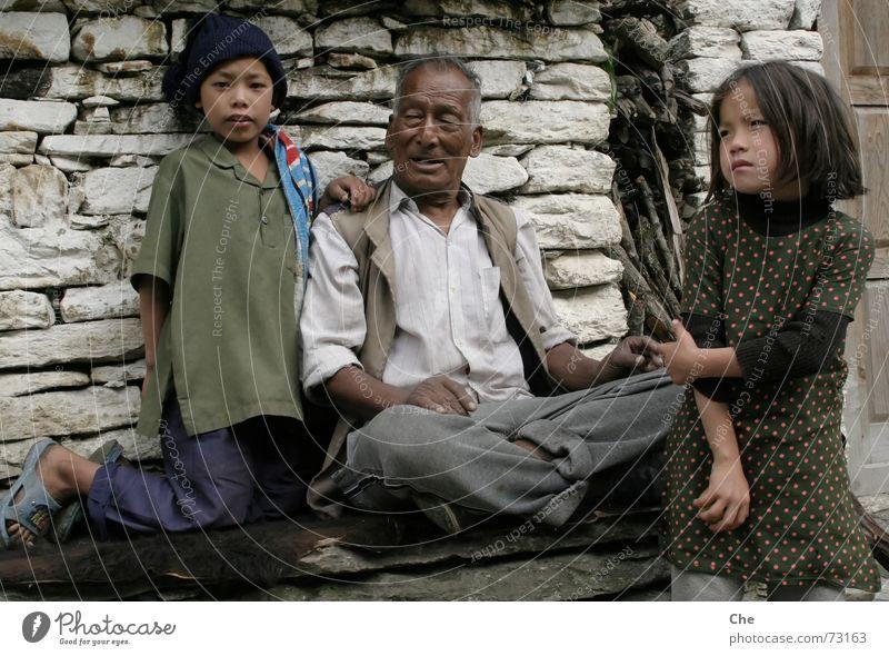 Mein größter Stolz, die Enkel Kind Senior Erholung Leben sprechen Glück Familie & Verwandtschaft lustig Asien Zufriedenheit Zusammensein Arme Fröhlichkeit