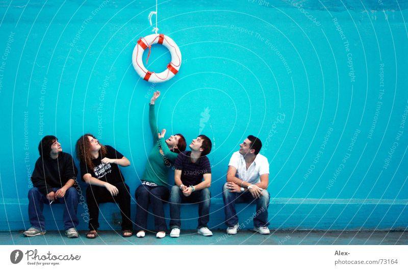 Lass dich nicht ködern Jugendliche blau Erholung Wand warten sitzen Schwimmbad nah Wunsch fangen türkis hängen kämpfen Versuch kurz Schwimmhilfe