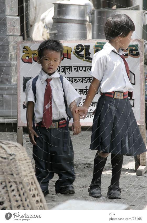 Die Coolness und seine Schwester Nepal Kind Geschwister Uniform Bekleidung Hemd Freundschaft Kontrolle lässig Schüchternheit süß fremd Stil Schule Schuluniform