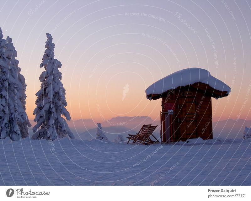 Abendimpression am Berg Himmel blau Schnee Berge u. Gebirge Kitzbüheler Alpen Tanne Hut Hütte Abenddämmerung Liegestuhl Bundesland Tirol Nadelbaum Farbverlauf Westendorf