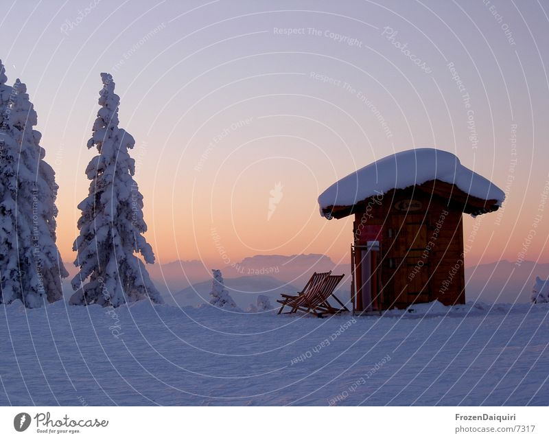 Abendimpression am Berg Schnee Liegestuhl Nadelbaum Tanne Farbverlauf Bundesland Tirol Westendorf Himmel Sonnenuntergang Dämmerung Berge u. Gebirge Hütte