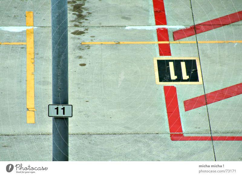 11 rot gelb Linie Beton Flughafen parken graphisch Ölfleck