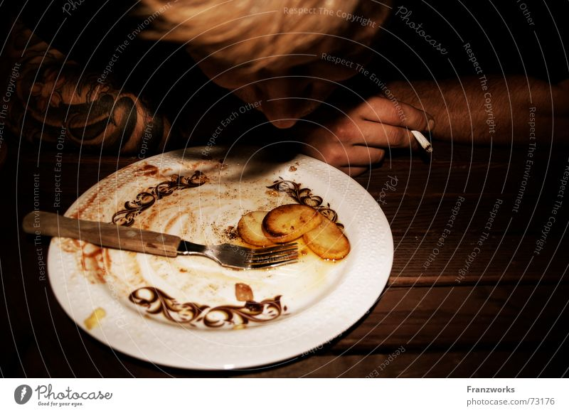 Gebratene Erdäpfel II Mann Ernährung Essen Tisch Zigarette Appetit & Hunger Typ Teller Mahlzeit Rest Gabel satt Kartoffeln