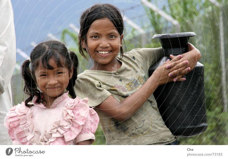 Kleine Wasserträger Kind Wasser schön Arbeit & Erwerbstätigkeit lachen Freundschaft dreckig Arme nass einfach Asien Familie & Verwandtschaft schick ziehen Haushalt schwer