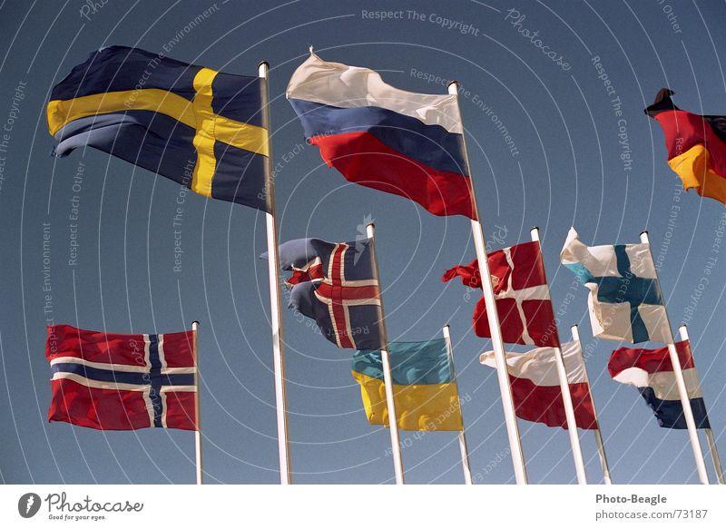 Fähnchen im Wind IV Himmel Fahne Dinge Russland Schönes Wetter Schweden Norwegen Dänemark Fahnenmast Finnland Skandinavien Verwaltung Ukraine Osteuropa Nordeuropa Kongresszentrum