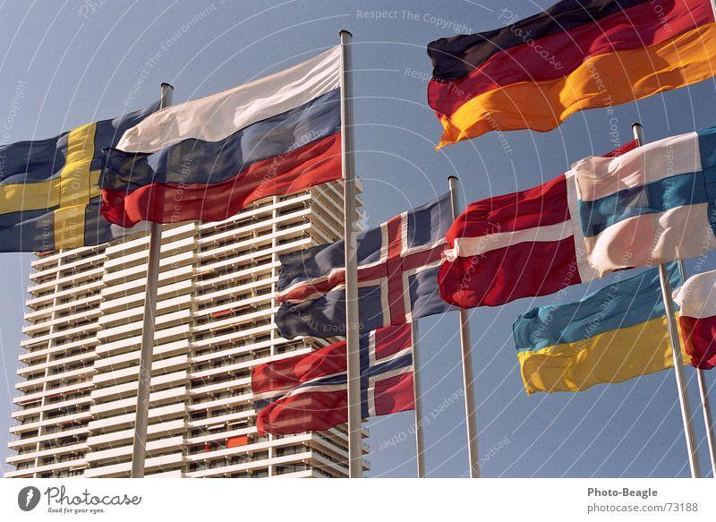 Fähnchen im Wind V Fahne Fahnenmast Skandinavien Nordeuropa Osteuropa Norwegen Finnland Ukraine Schönes Wetter Dänemark Himmel Kongresszentrum Verwaltung Haus