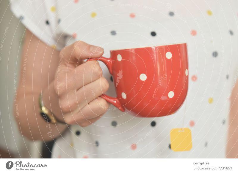 Frau trägt wieder Punkte Erholung Hand Gesunde Ernährung ruhig Erwachsene feminin Stil Gesundheit Lifestyle Mode Büro Getränk Bekleidung Pause
