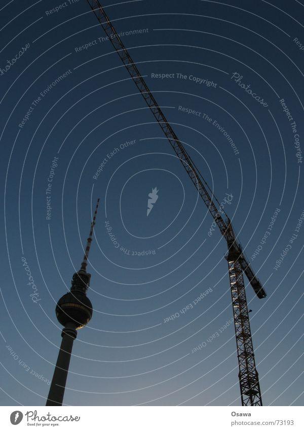 zwei berliner Wahrzeichen Kran Baustelle steil Gegenlicht Stahl Fachwerkfassade Ausleger Gewicht heben Antenne Beton rund groß Berlin Berliner Fernsehturm alex