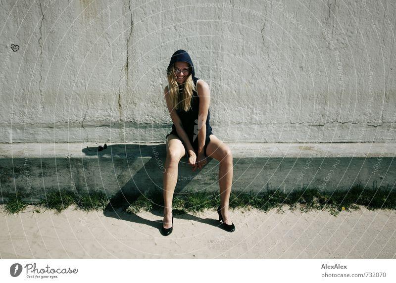 Yo! Junge Frau Jugendliche Körper Beine 18-30 Jahre Erwachsene Bauwerk Kleid Damenschuhe blond langhaarig Graffiti Herz Lächeln lachen sitzen ästhetisch