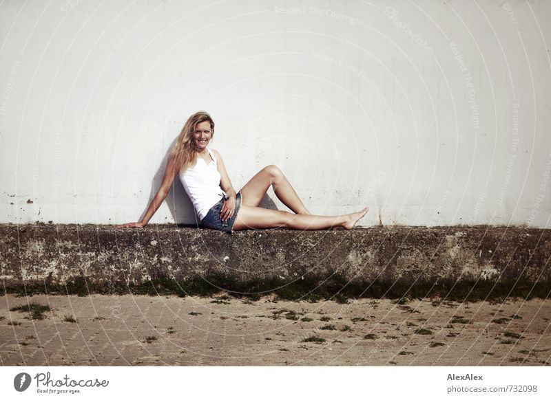 extra Ausflug Junge Frau Jugendliche Körper Beine 18-30 Jahre Erwachsene Schönes Wetter Gras Bauwerk Mauer Hemd Hotpants Barfuß blond langhaarig Stein Lächeln