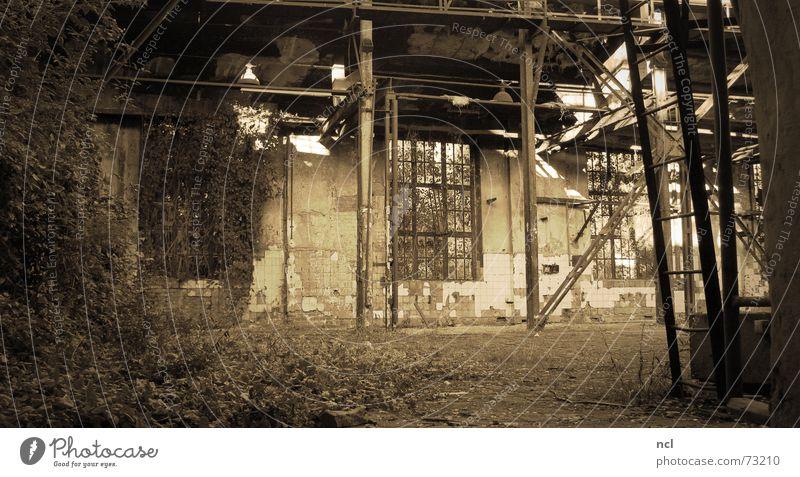 Alte Gießerei Natur alt Einsamkeit dunkel Metall dreckig Industriefotografie Fabrik verfallen Handwerk Vergangenheit Rost Erdöl Säule Eisen vergessen