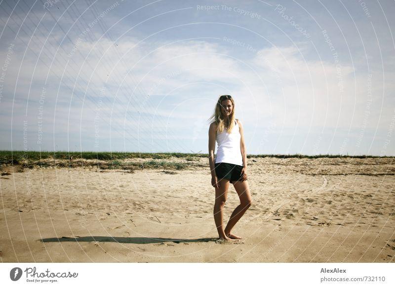 Anni Jugendliche schön Sommer Sonne Junge Frau 18-30 Jahre Strand Erwachsene Gras natürlich blond leuchten stehen groß ästhetisch Schönes Wetter