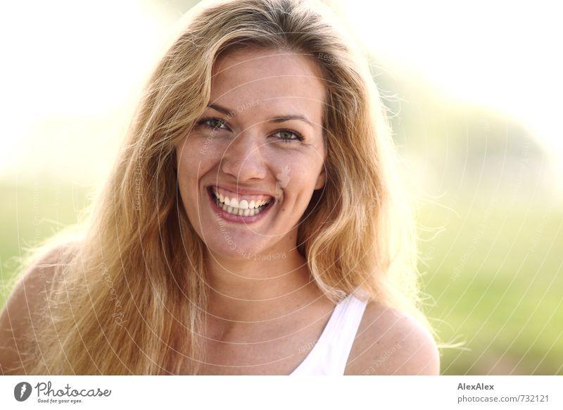 Toll! Ausflug Junge Frau Jugendliche Gesicht Grübchen 18-30 Jahre Erwachsene Wolkenloser Himmel Pflanze Strand Hemd blond langhaarig Lächeln lachen stehen