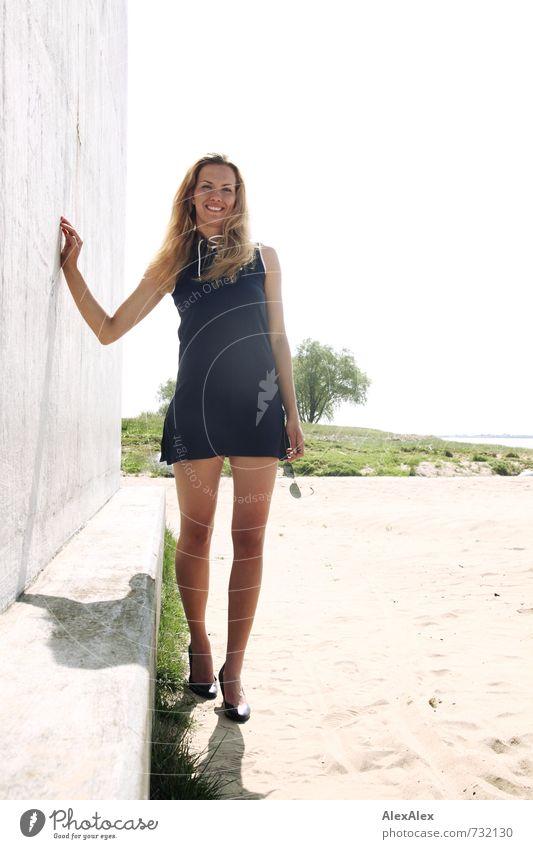 hoch Ausflug Freiheit Junge Frau Jugendliche Beine 18-30 Jahre Erwachsene Landschaft Schönes Wetter Flussufer Bauwerk Kleid Damenschuhe blond langhaarig Lächeln