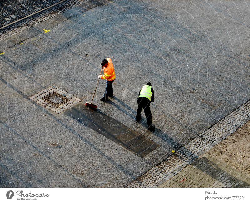 fegen Reinigen synchron gleichzeitig Kehren Arbeiter Mann Teamwork Straßenbelag Asphalt Fahrbahn Arbeit & Erwerbstätigkeit Verkehrswege Pflastersteine
