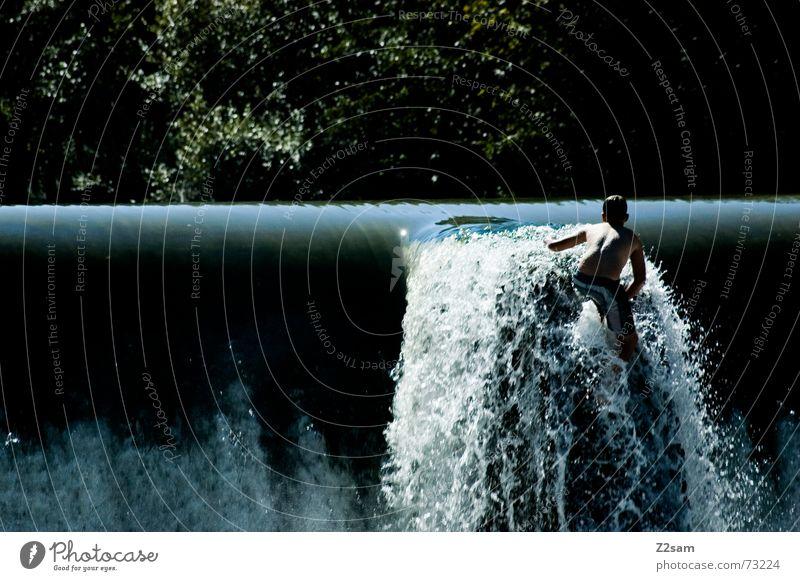 Isar Jumper IV Wasser blau Sommer Junge springen oben Bewegung 2 Zusammensein Fluss Niveau München Dynamik Bayern schreiten