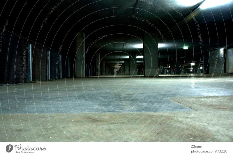 tg_light grün Linie Metall glänzend Perspektive Bodenbelag vorwärts unten Richtung Pfosten Teer Tiefgarage Tunnelblick