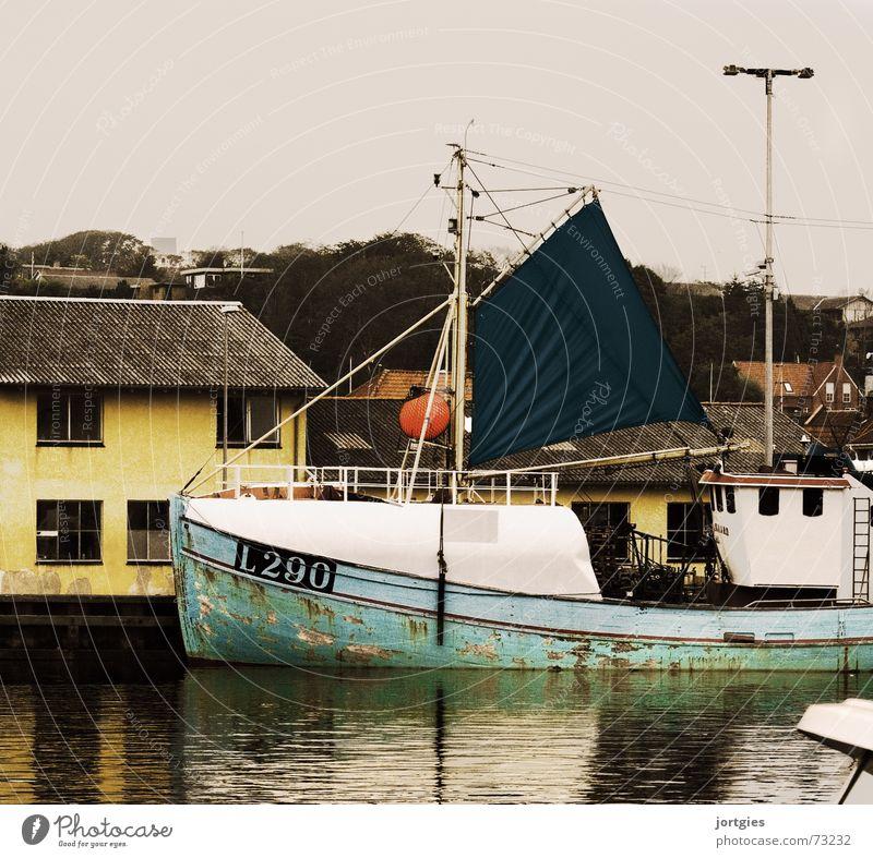 Bei die Fische Wasser Meer Arbeit & Erwerbstätigkeit Wasserfahrzeug Industrie Hafen Anlegestelle Dänemark Fischereiwirtschaft Skandinavien Fischerboot