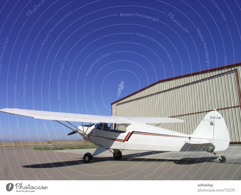 a grand day out Flugzeug Sportflugzeug weiß Hangar Flugplatz blau Himmel Sommer Weitwinkel Colorado Vorfreude Abenteuer aircraft airplane Luftverkehr flight