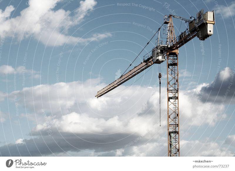 Der Kran Himmel Einsamkeit Wolken Haus Freiheit Metall Arbeit & Erwerbstätigkeit frei Technik & Technologie Baustelle Industriefotografie lang Handwerk Gewicht
