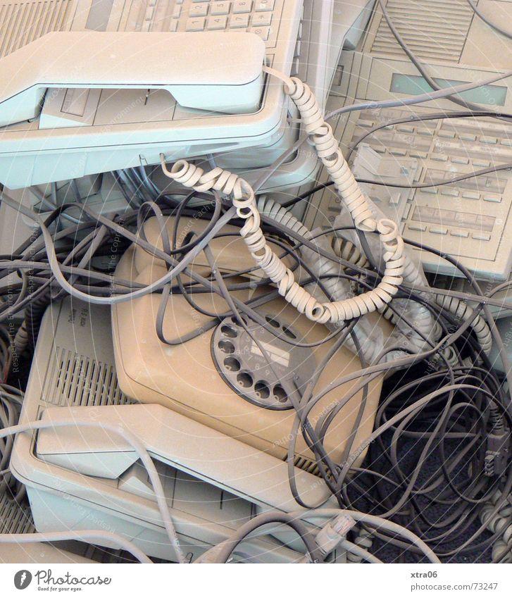aus der Mode gekommen Telefon Hauptstelle Kabelsalat Müll Büromüll kaputt Telefonhörer Schnur Wählscheibe Schrott außer Betrieb alt Apparatur antik Zifferblatt