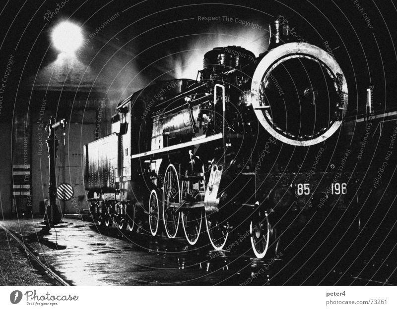 Gemütlich war's Dampflokomotive Eisenbahn Verkehr Gleise Nostalgie Vergangenheit Nacht Schwarzweißfoto