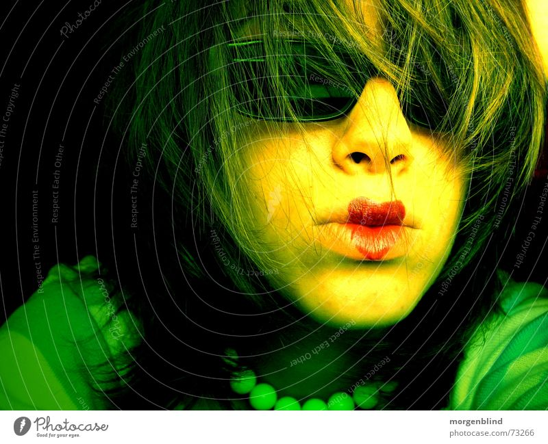 yeah Frau rot grün gelb Lippen Brille Sonnenbrille Stimmung Gefühle Licht verrückt woman Kette Herz Haare & Frisuren Schatten Momentaufnahme