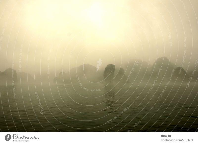 Halong Bay II Urelemente Wasser Wolken Sonne Nebel Felsen Berge u. Gebirge Küste Meer Insel ästhetisch braun gelb grau grün Bootsfahrt Wasserfahrzeug Nebelbank